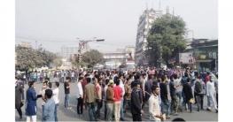 ৭ কলেজ শিক্ষার্থীদের নীলক্ষেত মোড় অবরোধ, যান চলাচল বন্ধ